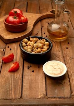 Жареная душбара с гарниром и помидорами