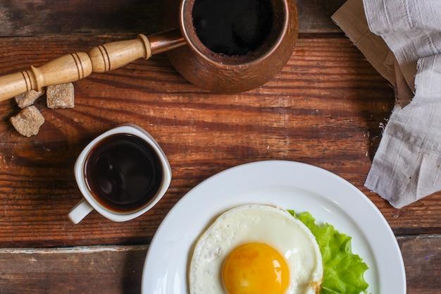 Жареное яйцо и чашка кофе