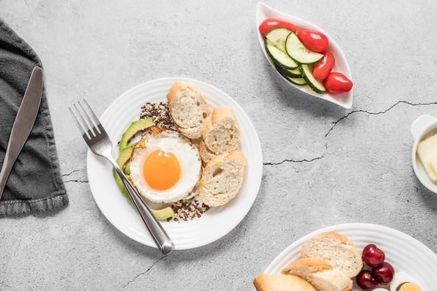 Жареное яйцо и овощи