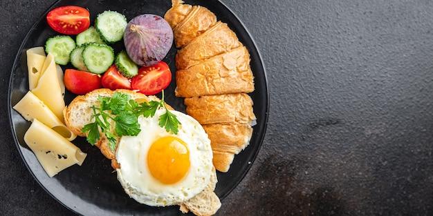 目玉焼き朝食クロワッサン野菜サラダトマトきゅうりすぐに食べられるおやつ