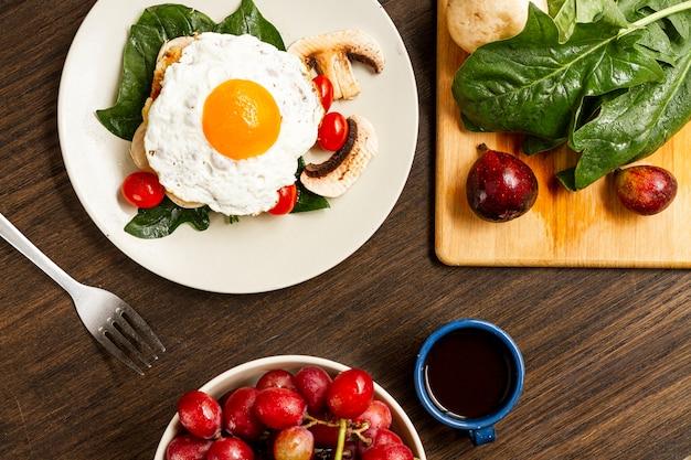 토마토와 커피와 함께 튀긴 계란 아침 식사