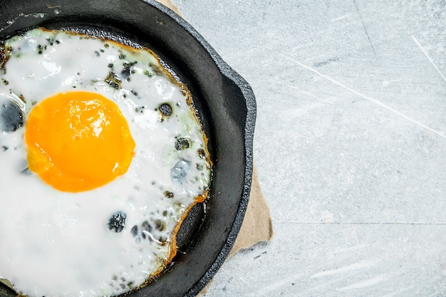 프라이팬에 튀긴 계란. 소박한 배경.
