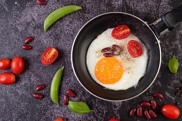 프라이팬에 튀긴 계란.