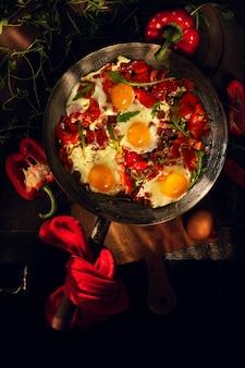 コショウとルッコラの鍋に目玉焼き。