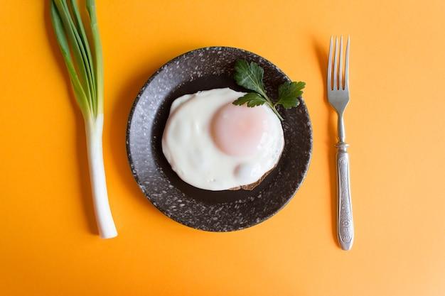 밝은 배경에 튀긴 계란