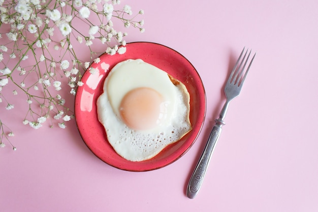 분홍색 배경에 튀긴 계란