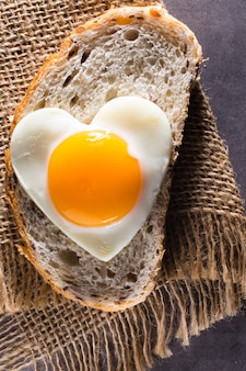 ハート型のパンに目玉焼き。