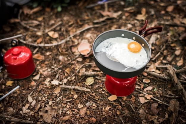 Жареное яйцо на переносном газе