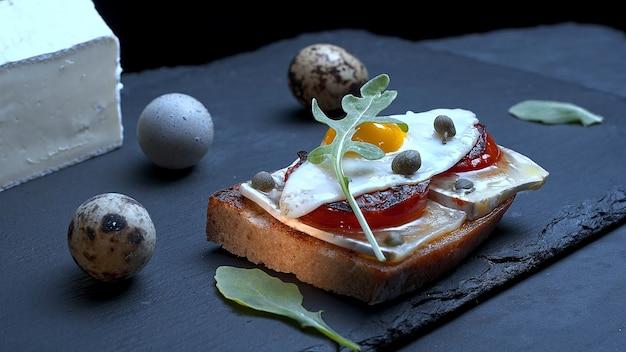 계란 후라이 샌드위치와 메추리알