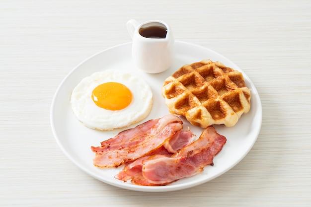 아침으로 베이컨과 와플을 곁들인 계란 프라이