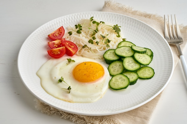 Fried egg with cherry tomatoes and cucumber, fodmap dash diet, gluten free