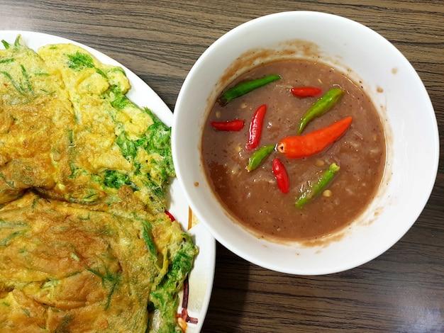 등반 와틀과 매운 새우 페이스트 소스를 곁들인 프라이드 에그 태국 음식