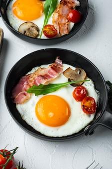 흰색 바탕에 주철 프라이팬에 재료로 튀긴 계란