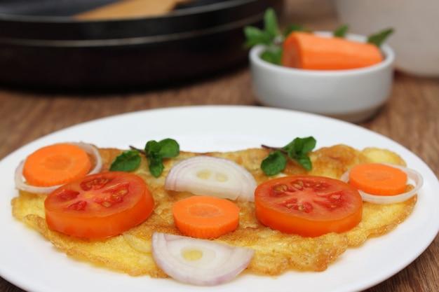 접시에 샐러드와 계란 프라이