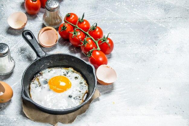 토마토와 튀긴 계란. 소박한 배경.