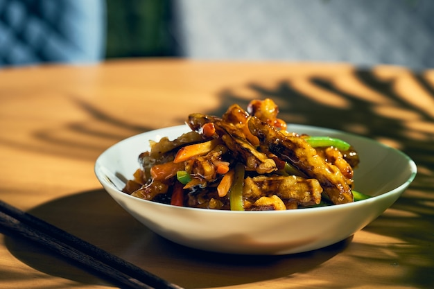 Жареные баклажаны в кисло-сладком соусе с перцем и помидорами. китайский рецепт и кухня