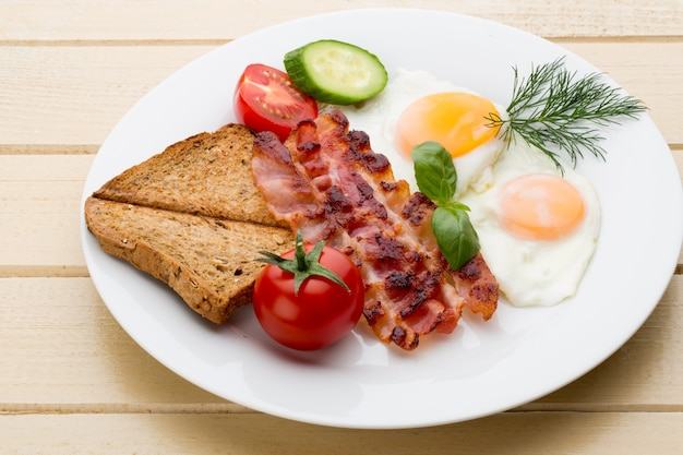 Fried eggs and bacon for healthy breakfast Premium Photo