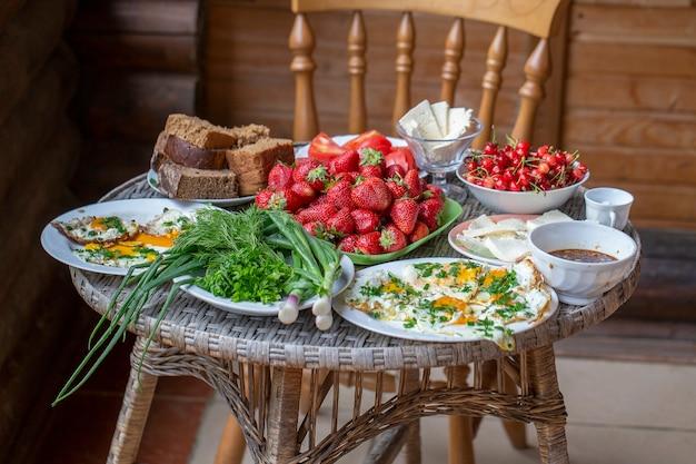 目玉焼きパン、野菜、ベリー、チーズの朝食