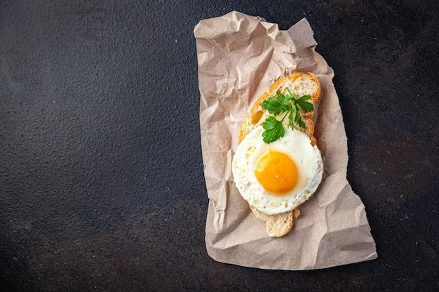 目玉焼き朝食カップコーヒー液体卵黄新鮮な食事スナックテーブル上のコピースペース食品
