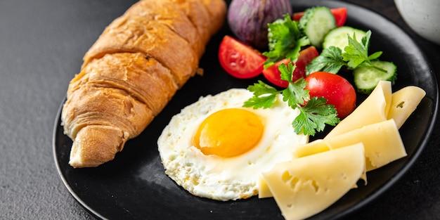 目玉焼き卵黄朝食カップコーヒー液体新鮮な食事スナックテーブル上のコピースペース食品