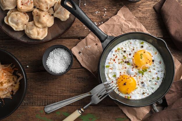 나무 배경에 튀긴 계란입니다. 상단에서보기. 요리의 개념.