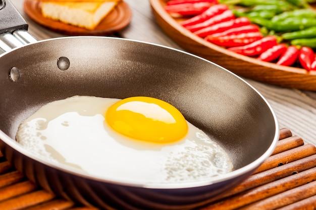 Яичница на деревянном столе, завтрак