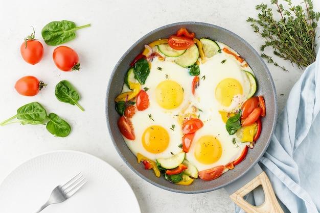 Яичница-пашот с овощами рецепт кето-обеда средиземноморской кухни с низким содержанием углеводов