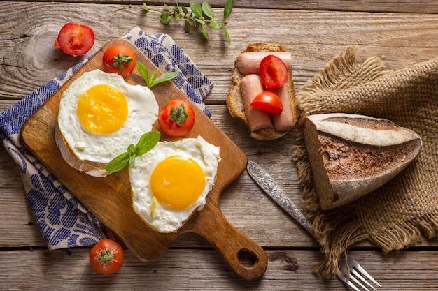 Жареные яйца с хлебом и тостами Premium Фотографии
