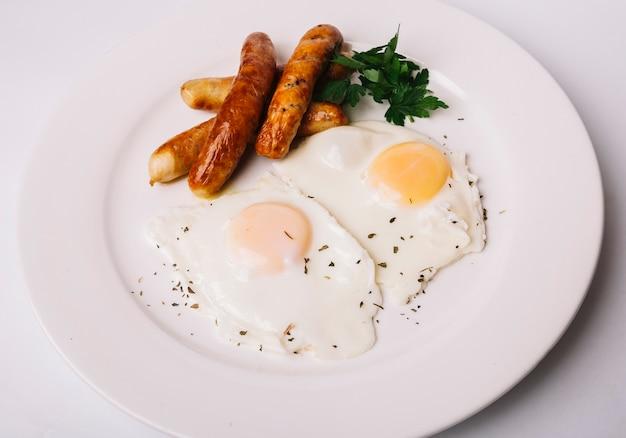 Жареные яйца с колбасой