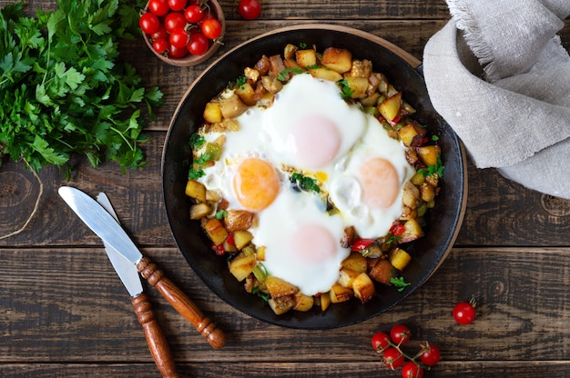 Яичница с овощами шакшука на сковороде и ржаной хлеб