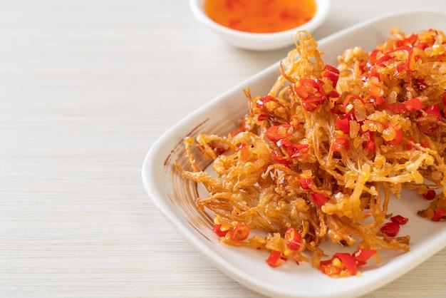 えのき茸の炒め物またはゴールデンニードルマッシュルームの塩と唐辛子添え。ビーガンとベジタリアンのフードスタイル