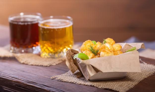 Жареные рыбные и сырные шарики с лимоном и зеленью