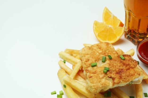 Жареная рыба с жареной картошкой и соусами из лимона и пива изолированы