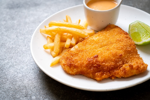 Жареная рыба и картофельные чипсы