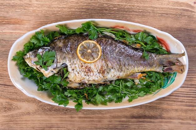 木製のプレートで揚げ魚の鯉