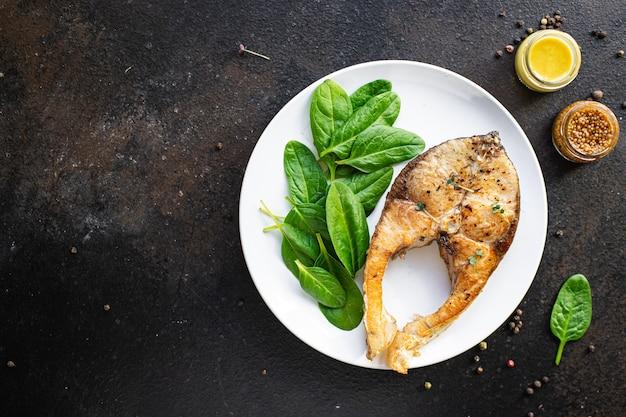 テーブルの上の揚げ魚鯉または銀鯉シーフードグリルバーベキュー部分 Premium写真