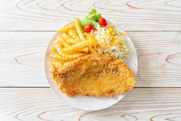 Жареное рыбное филе и картофельные чипсы с мини-салатом