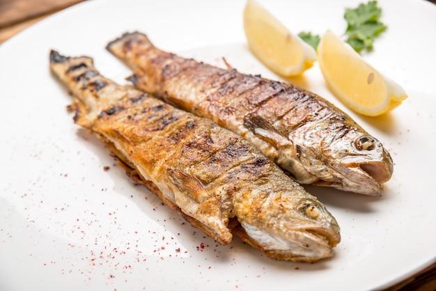 揚げ魚の切り身と野菜