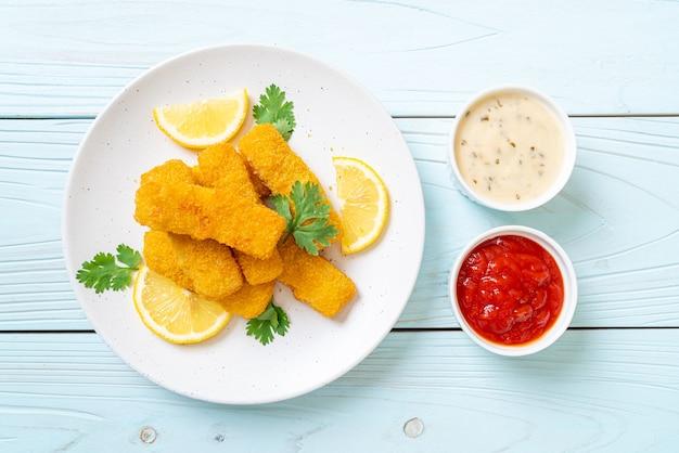 Палочка из жареной рыбы или картофель фри с соусом
