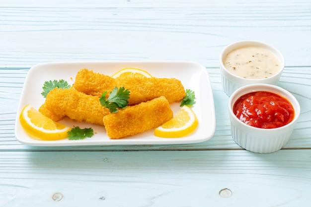 魚のフライフィンガースティックまたはフライドポテトのソース添え