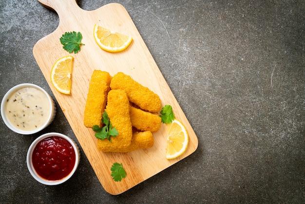魚のフライフィンガースティックまたはフライドポテトのソース添え Premium写真