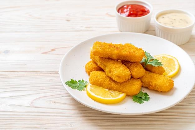 Палочка из жареной рыбы или картофель фри рыба с соусом