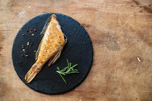 Жареная рыба свежая барбекю гриль еда барбекю