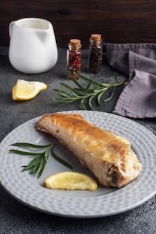 揚げ魚はポロックと新鮮なレモンのスライスをメルルーサします。