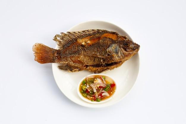 白い表面の白いプレートで揚げ魚