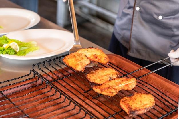 揚げ魚の食事、ケバブのクローズアップ