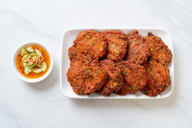 Жареные шарики из рыбной пасты или жареный во фритюре рыбный пирог, азиатская кухня