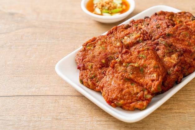 揚げ魚のペーストボールまたは揚げ魚のケーキ-アジア料理のスタイル