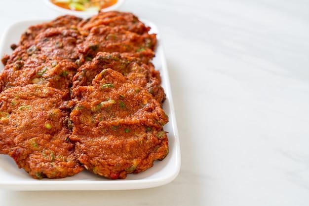 튀긴 생선 페이스트 볼 또는 튀긴 어묵 - 아시아 음식 스타일