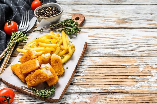 Жареные рыбные палочки с картофелем фри